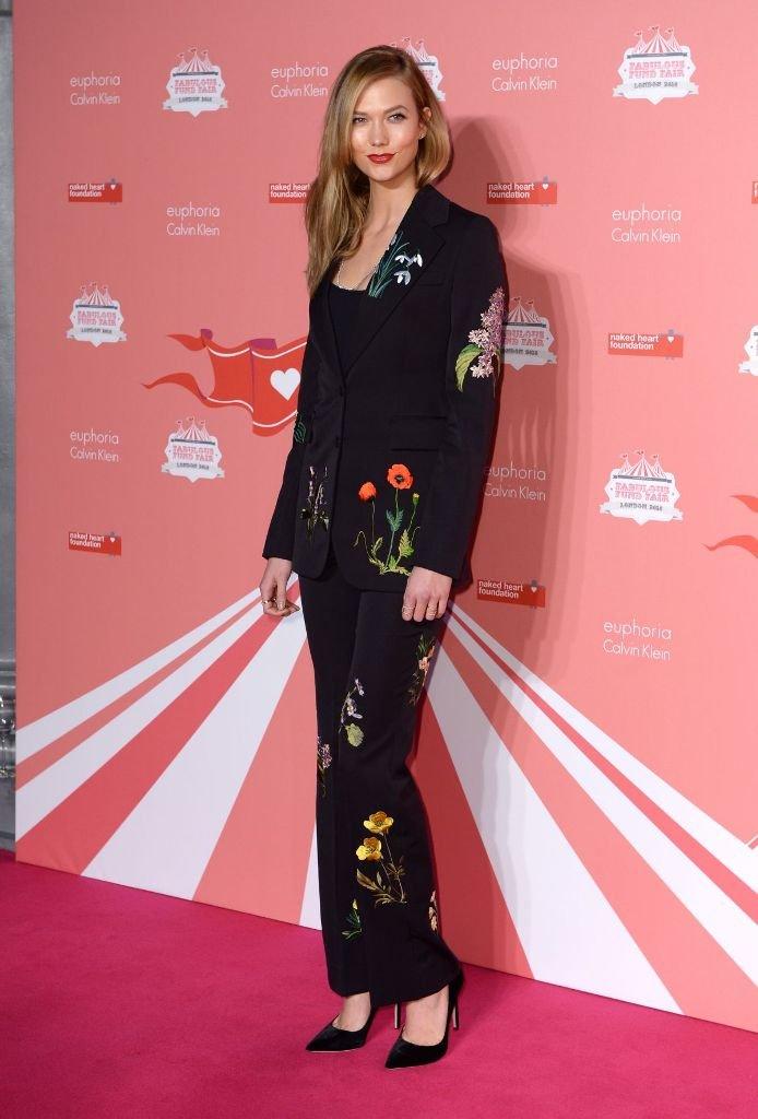 Карли Клосс посетила светское мероприятие в брючном костюме с аппликациями