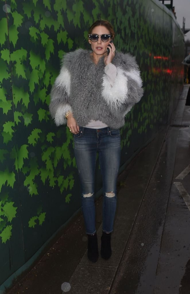 Оливия Палермо носит объемную шубку интересной расцветки