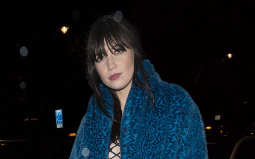 Дэйзи Лоу прогулялась по Лондону в синей шубе и платье с глубоким вырезом