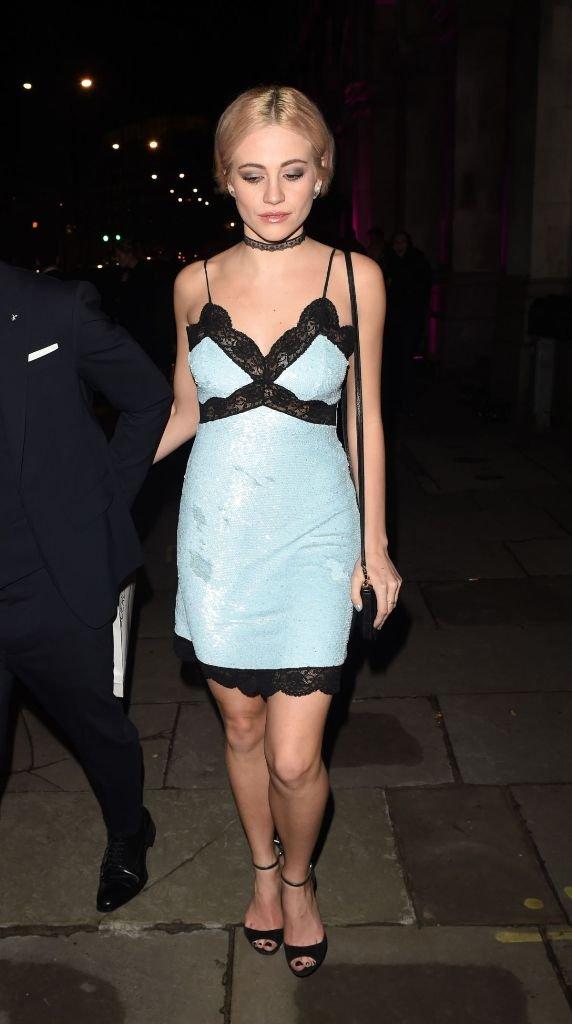 Пикси Лот пришла в ресторан в Лондоне в неуместном платье