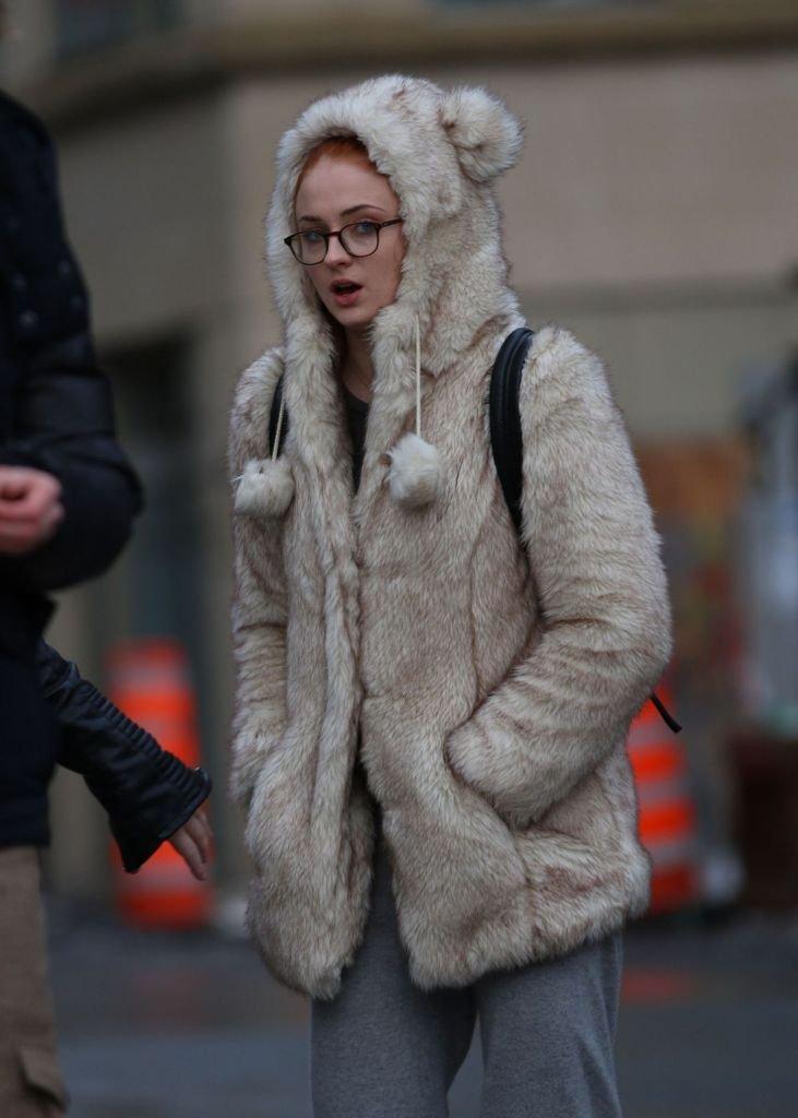 Софи Тёрнер выбирает для холодной погоды шубку из искусственного меха