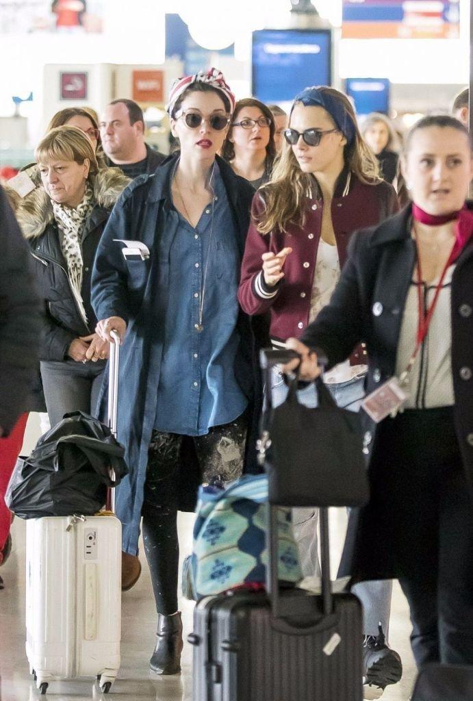 Кара Делевинь покинула аэропорт в ужасном, неухоженном образе