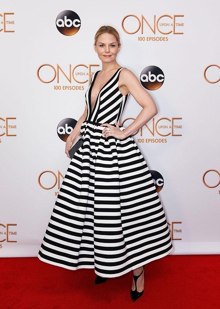 Дженнифер Моррисон одела на вечеринку умопомрачительное платье в полоску