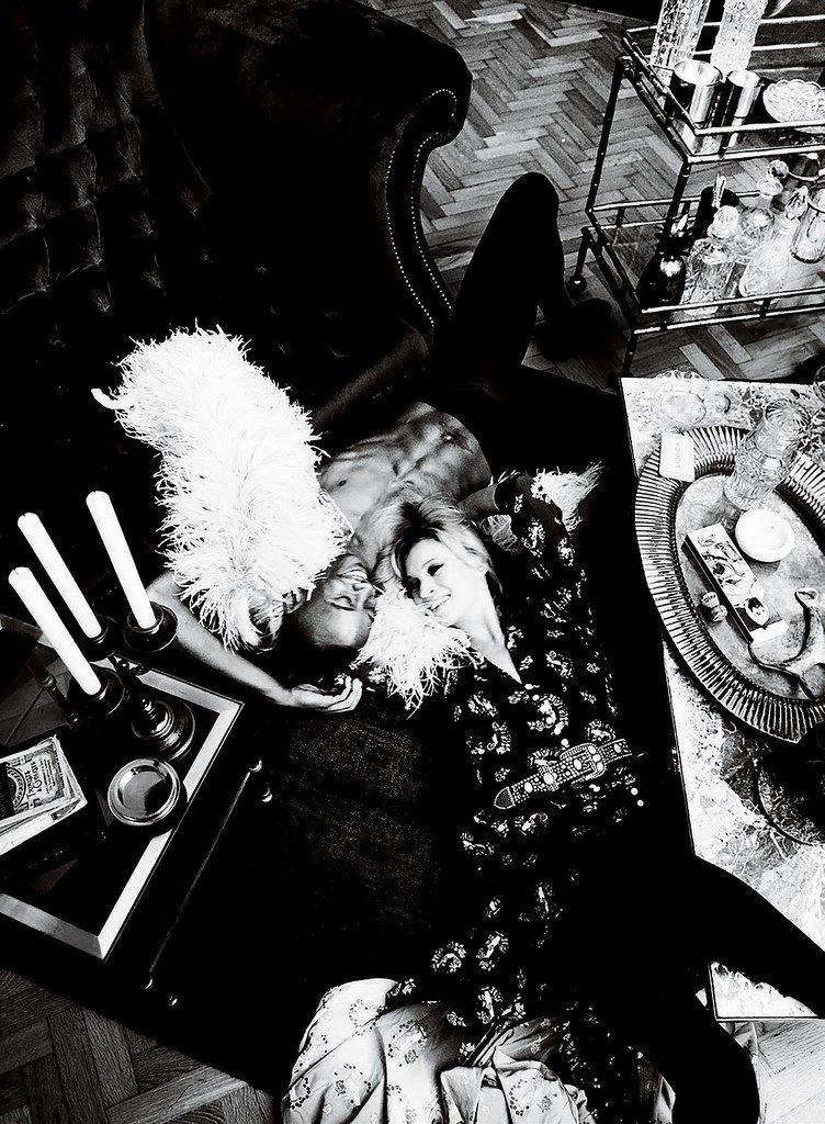 Кейт Мосс позирует с голым темнокожем парнем для  Vogue IT