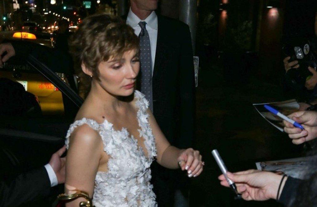 Клер Боуэн вышла в свет в прозрачном платье, которое было сшито из цветов