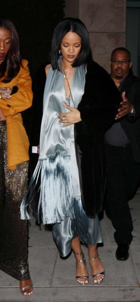 Рианна одела в ресторан бесформенное платье