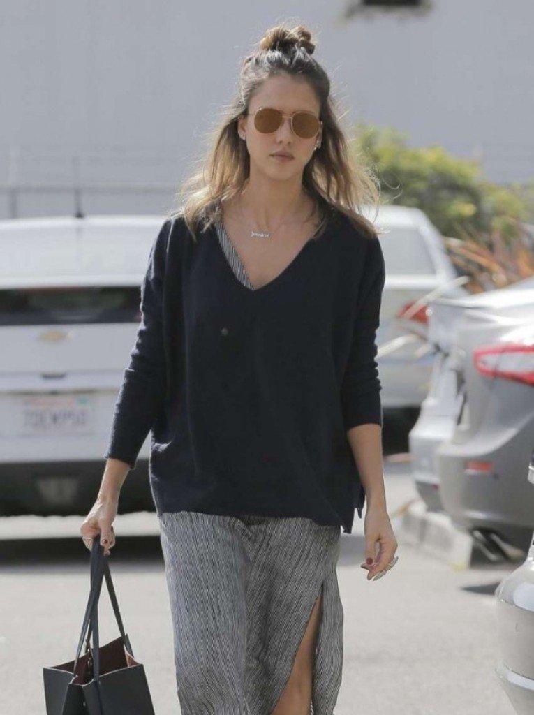 Джессика Альба пришла на деловую встречу в широком платье и свитере