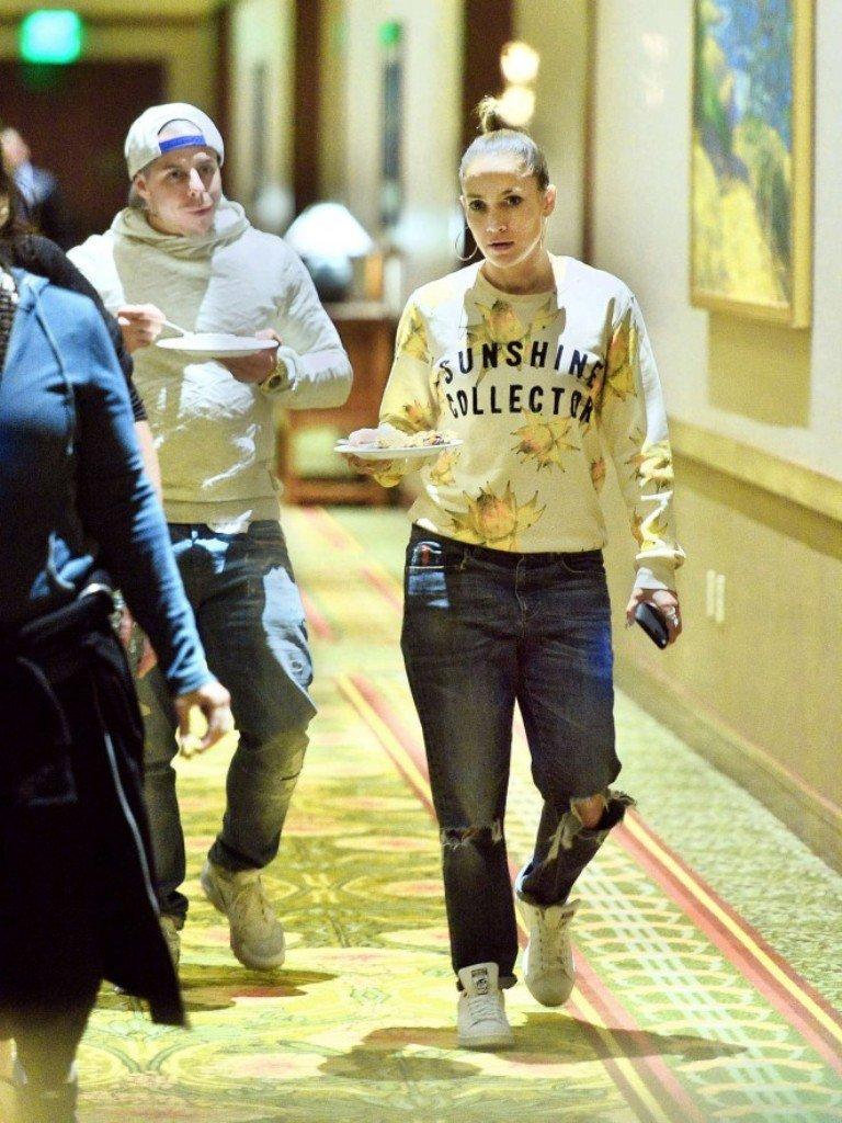 Дженнифер Лопес посетила Диснейленд в стильном образе