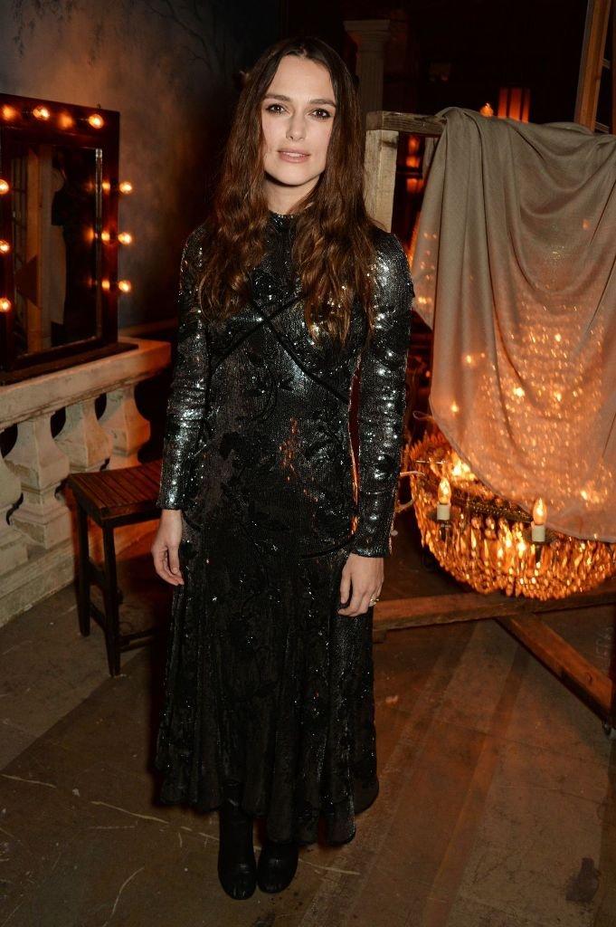 Кира Найтли пришла на вечеринку в мрачном и немного готическом образе