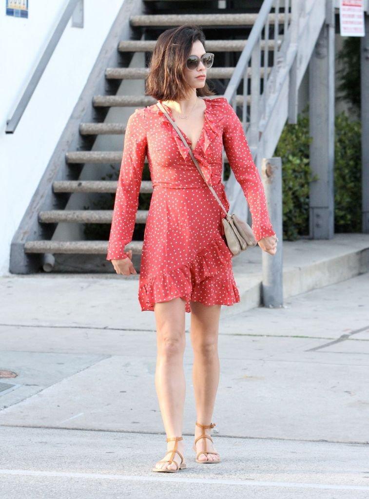 Дженна Дуан одела красное платье в горошек и сандалии на прогулку