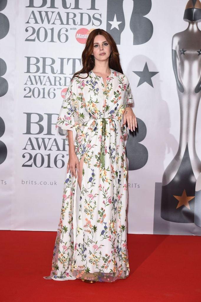 Лана Дель Рей в платье с цветочным принтом на Brit Awards 2016
