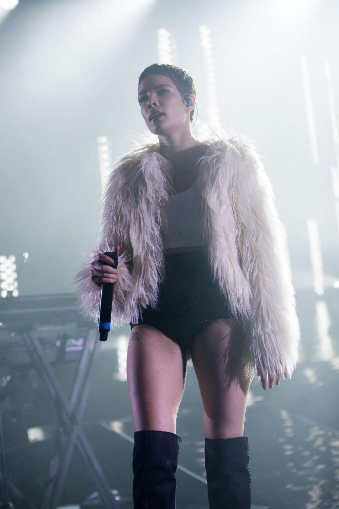 Halsey выступила в Лондоне в шубе и купальнике
