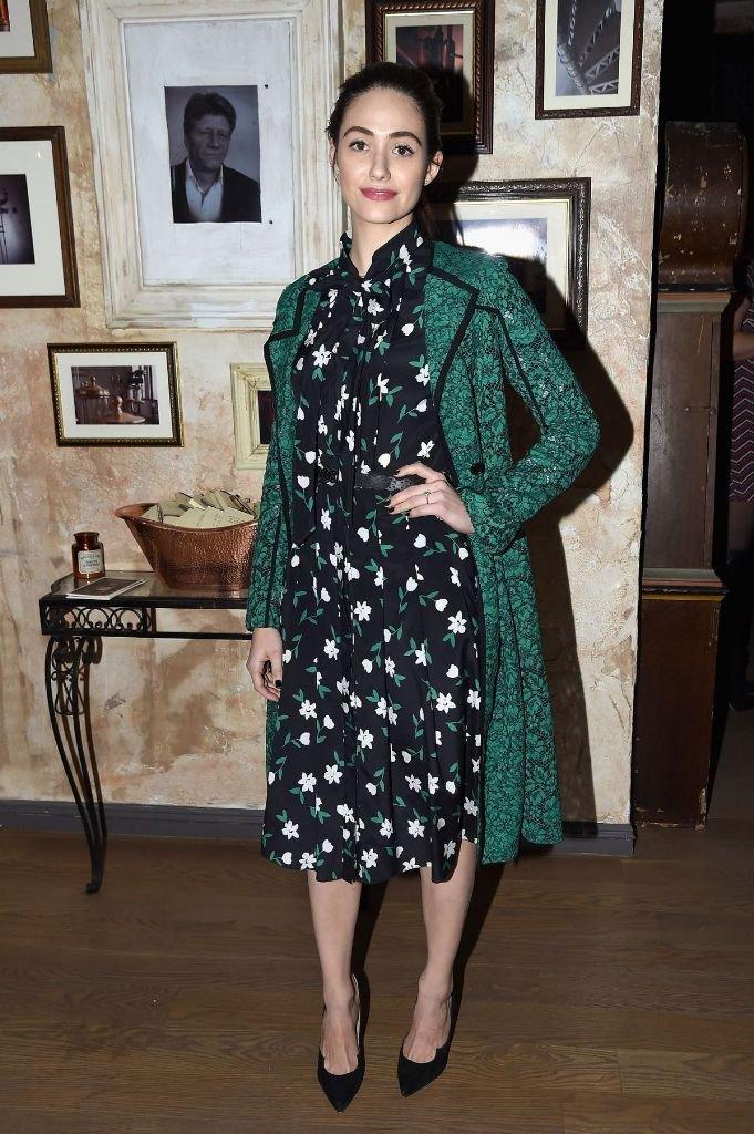 Эмми Россам посетила открытие галереи в Нью-Йорке в платье с цветочным принтом