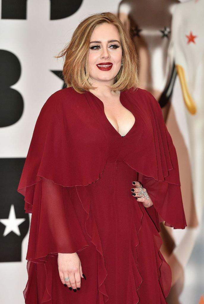 Адель пришла на вручение музыкальной премии в бордовом, многослойном палатье