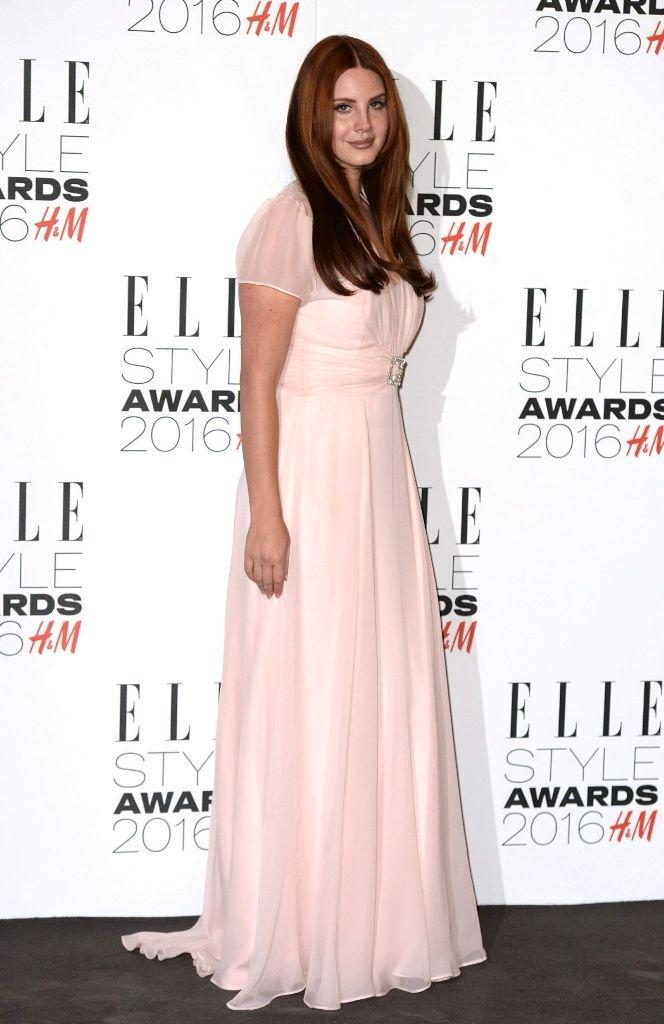 Лана Дель Рей получила стильную премию в пудровом платье