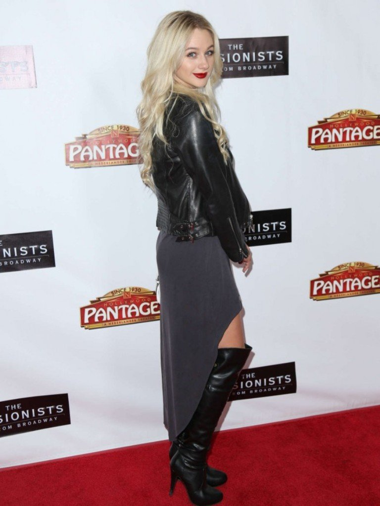 Молли Грей пришла на красную дорожку на Бродвее в стильном наряде