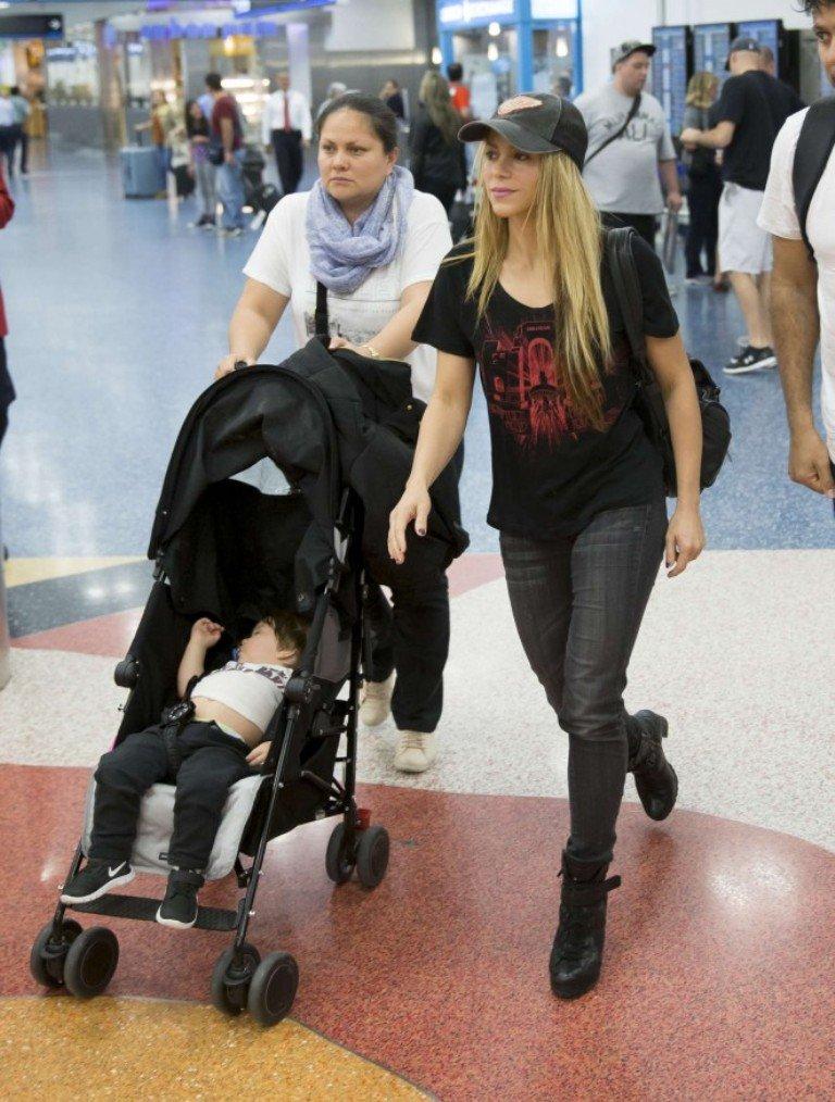 Шакира попала под вспышки камер в аэропорту
