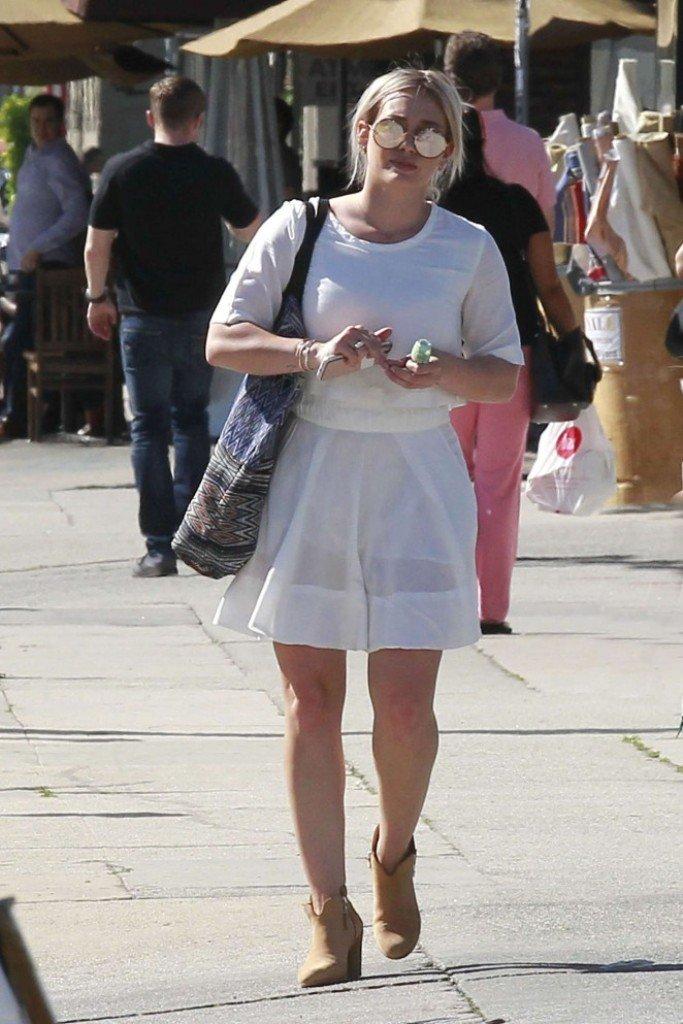 Хилари Дафф прогулялась в белом, коротеньком платье