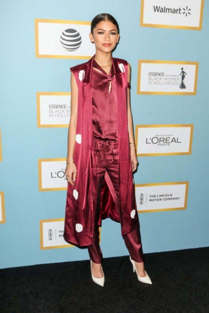 Зендая посетила светское мероприятие в шелковом костюме