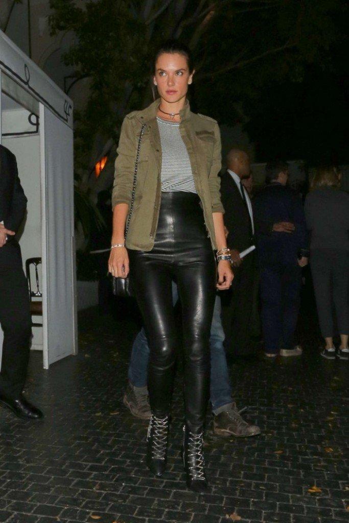 Алессандра Амбросио одела кожаные леггинсы