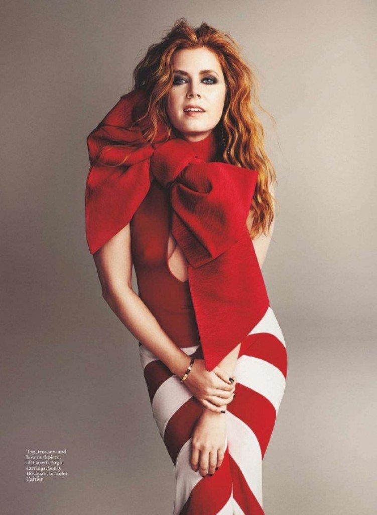 Эми Адамс примерила необычные наряды во время фотосессии