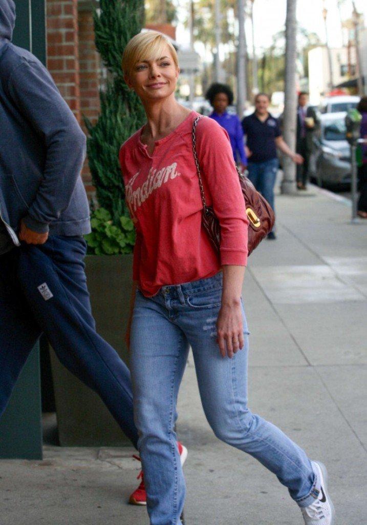 Джейми Прессли прогулялась в стильном батнике и джинсах