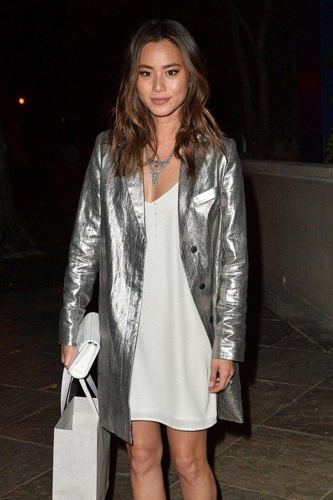 Джеми Чон посетила вечеринку в белом платье и серебряном плаще