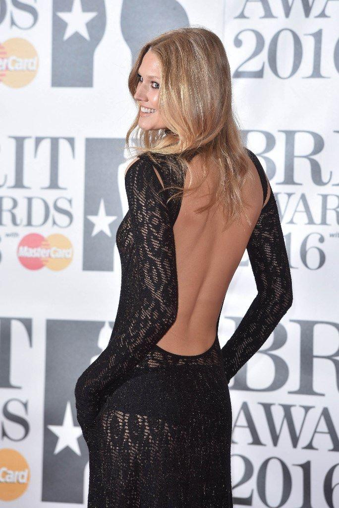 Тони Гаррн примерила кружевное платье необычного кроя