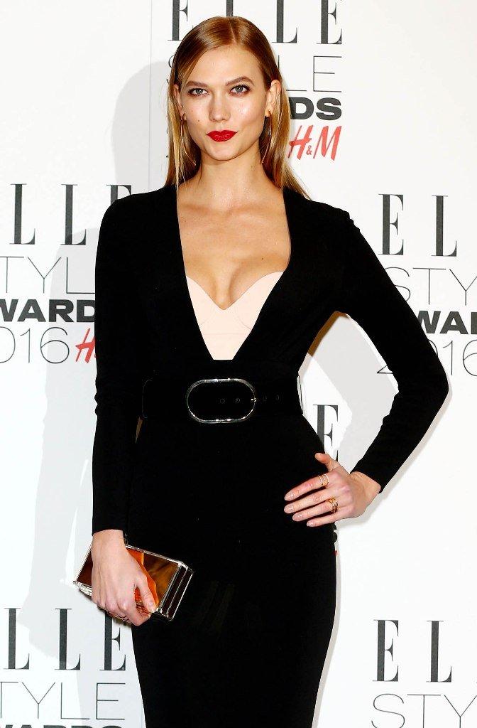 Карли Клосс пришла на вечеринку в классическом, изысканном платье