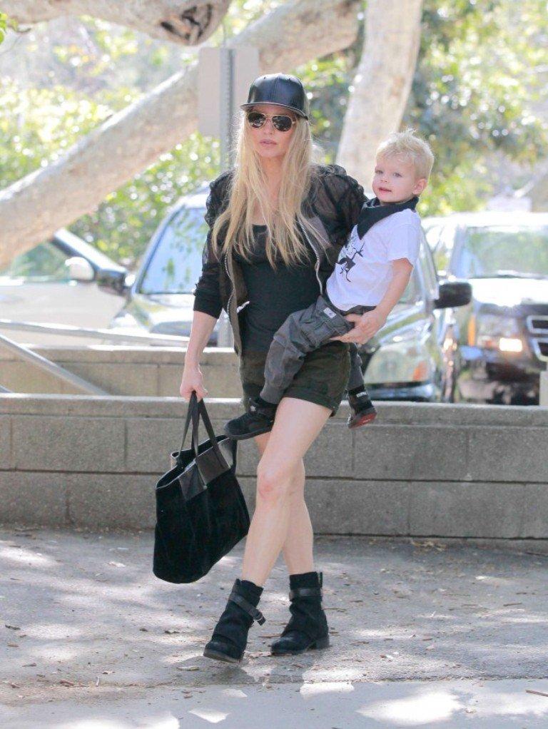 Ферги прогулялась с сыном в стильном образе