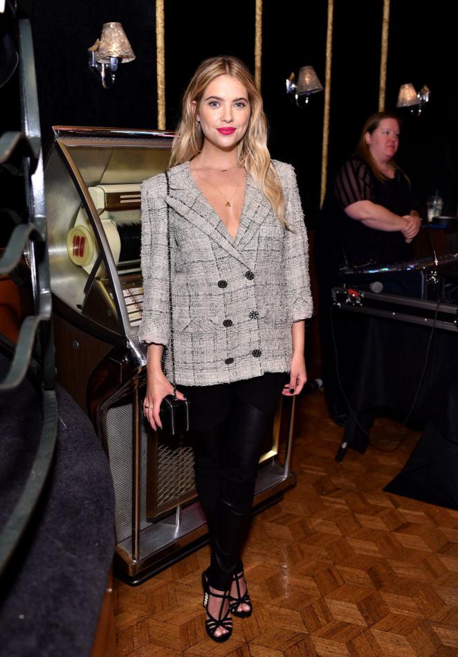 Эшли Бенсон выбрала пиджак огромного размера