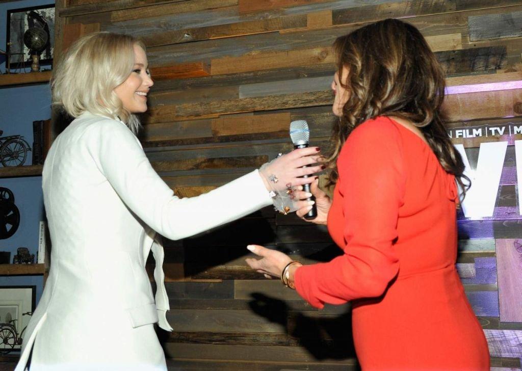 Дженнифер Лоуренс прибыла на вечеринку в честь Оскара в белом пальто