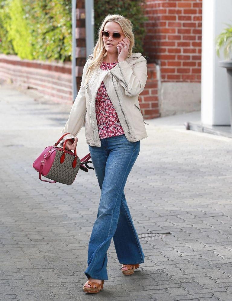 Риз Уизерспун прогулялась в стильном, весеннем образе