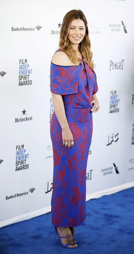 Джессика Бил вышла на красную дорожку в облегающем платье