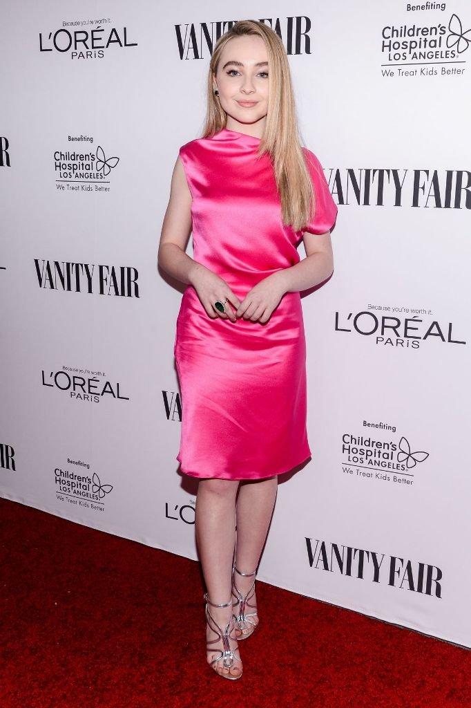 Сабрина Карпентер пришла на мероприятие в ярком платье