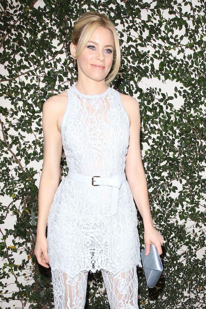 Элизабет Бэнкс прогулялась по Голливуду в очень экстравагантном наряде из кружева