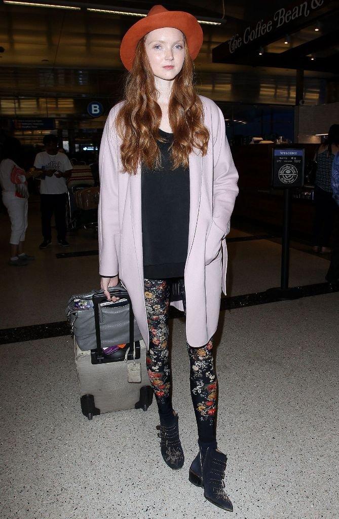 Лили Коллинз вышла из самолета в шляпе и леггинсах