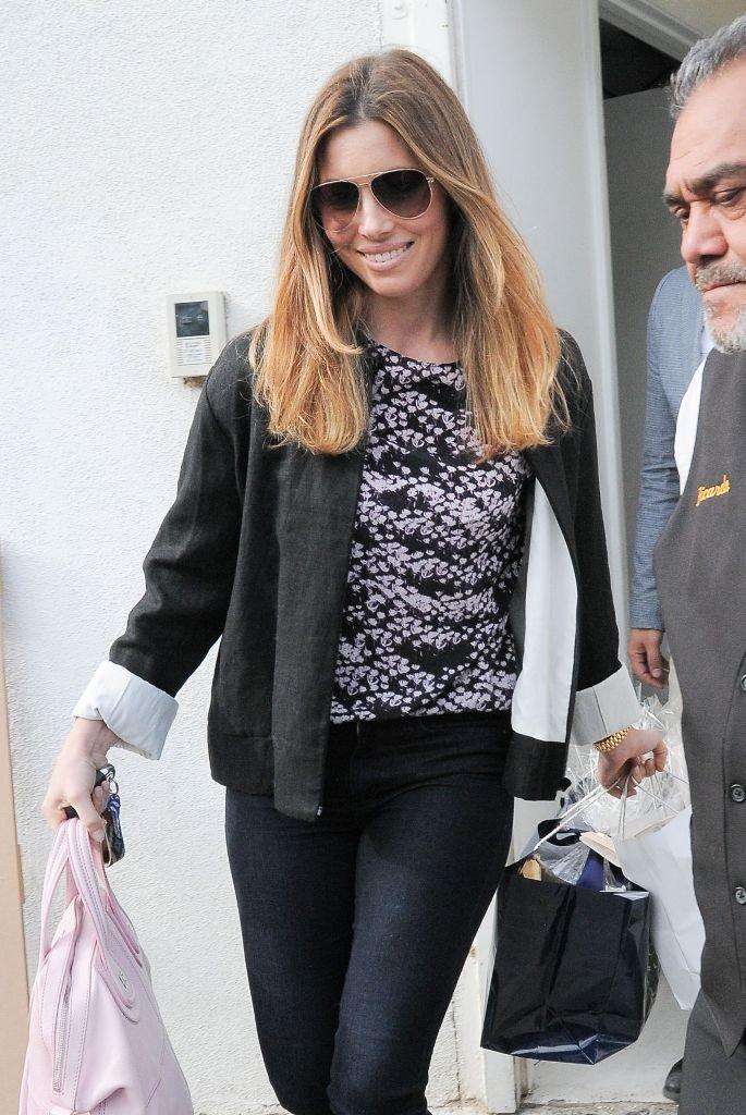Джессика Бил предпочитает джинсы скини и лодочки на широком каблуке