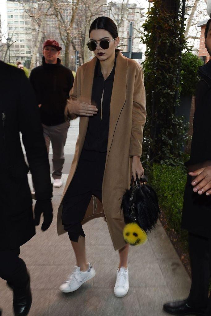Кендалл Дженнер одела платье-балахон с кедами
