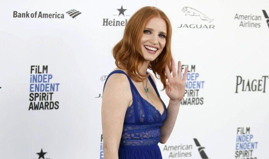 Джессика Честейн одела синее платье с глубоким декольте