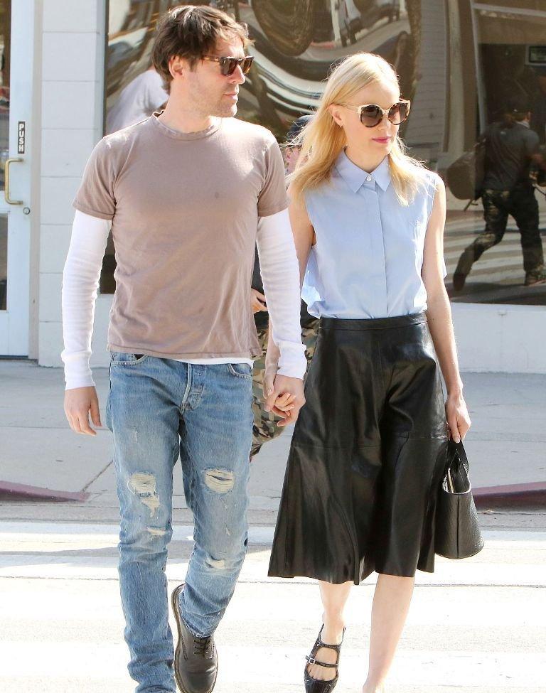 Кейт Босуорт выбрала для прогулки длинную юбку-клеш