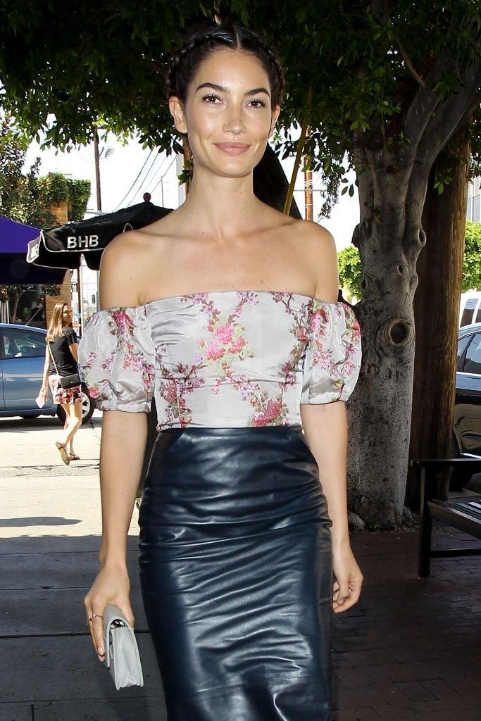 Лили Олдридж одела юбку карандаш и блузу с открытыми плечами
