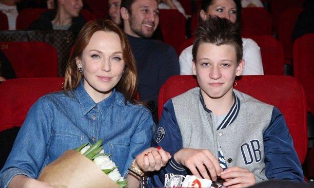 Альбина Джанабаева пришла на премьеру с сыном