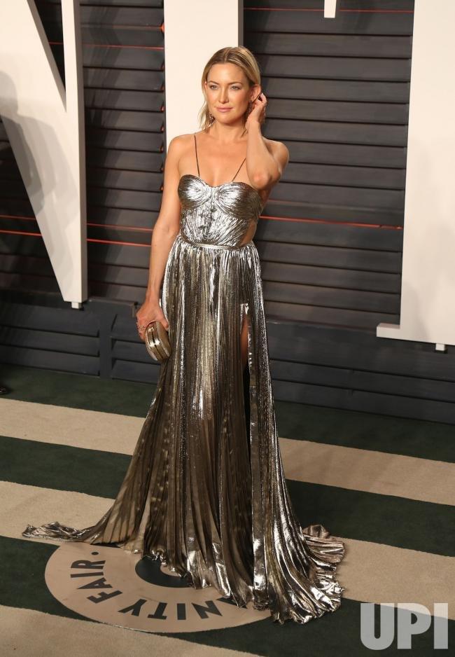 Кейт Хадсон удивила глубоким разрезом на серебристом платье