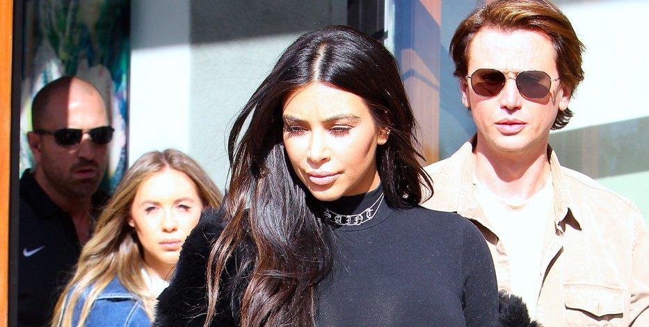 Ким Кардашян носит облегающие вещи, не стесняясь фигуры