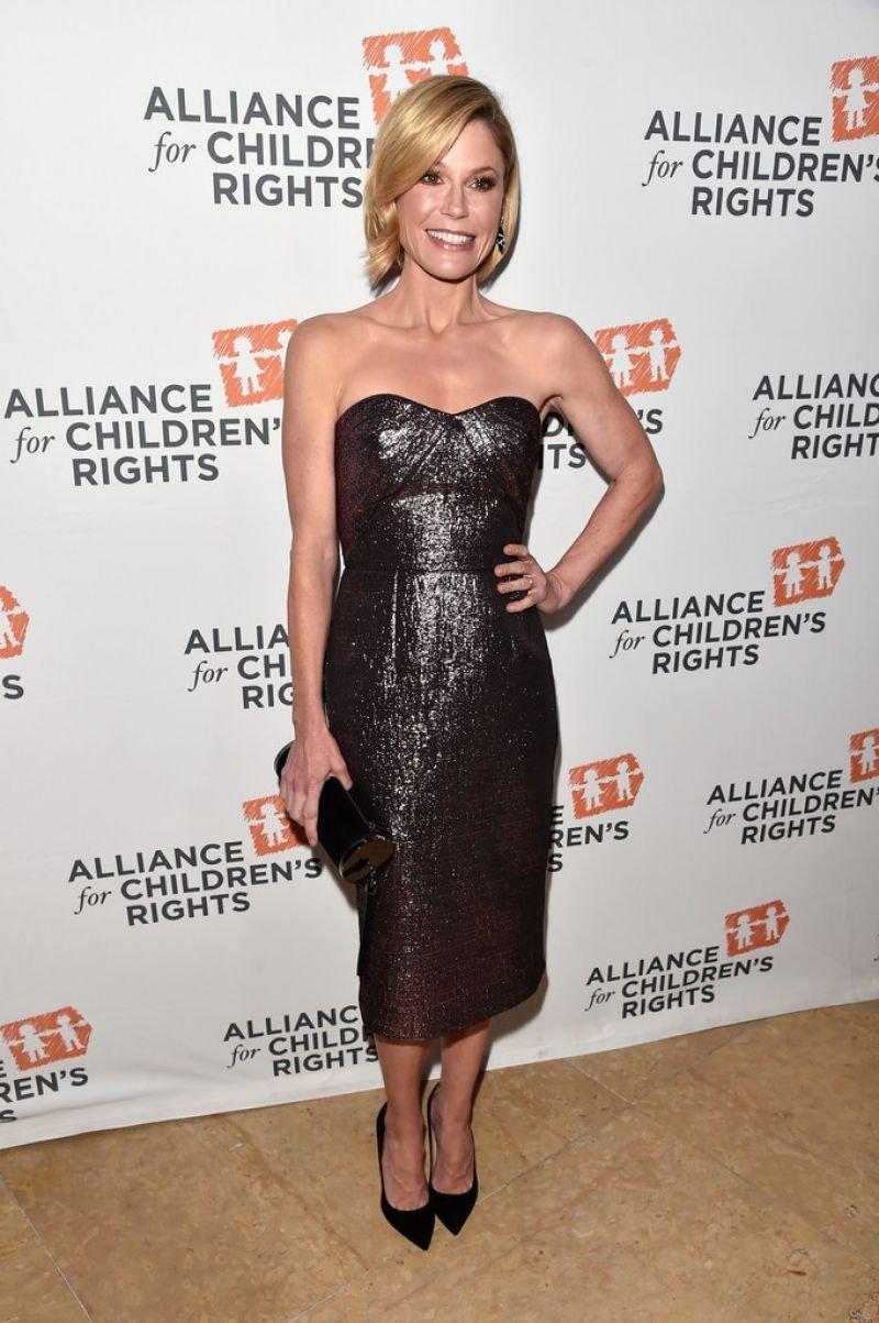 Роскошная Джули Боуэн подчеркнула фигуру платьем-футляром