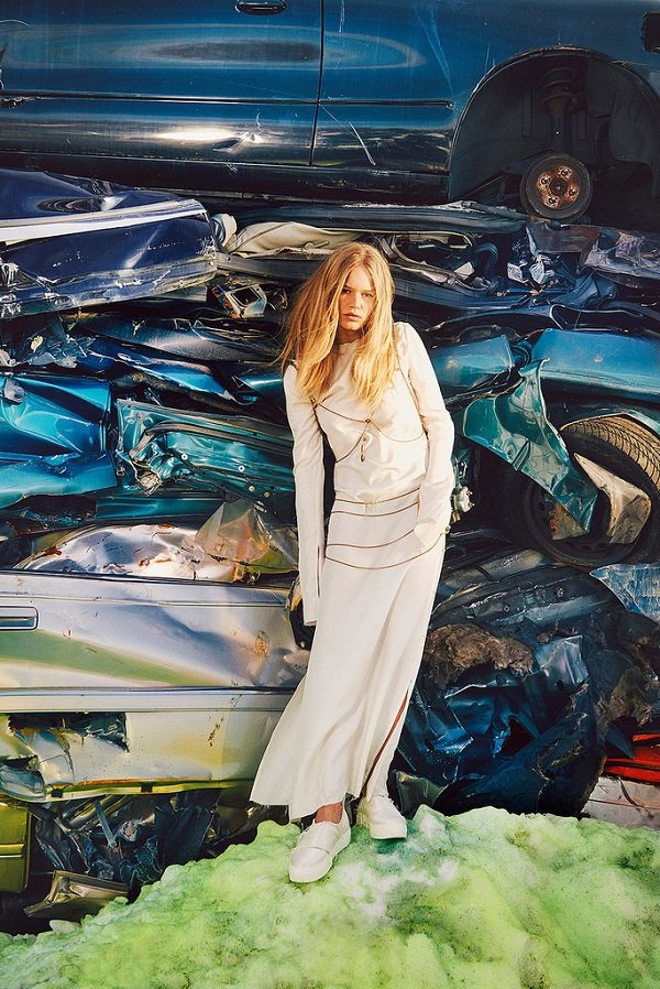 Анна Эверс позирует на свалке для W Magazine