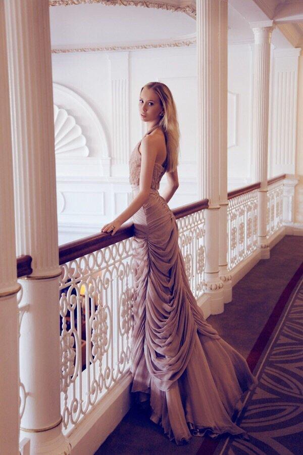 Виктория Анисимова вышла на подиум в нарядах от Алины Асси