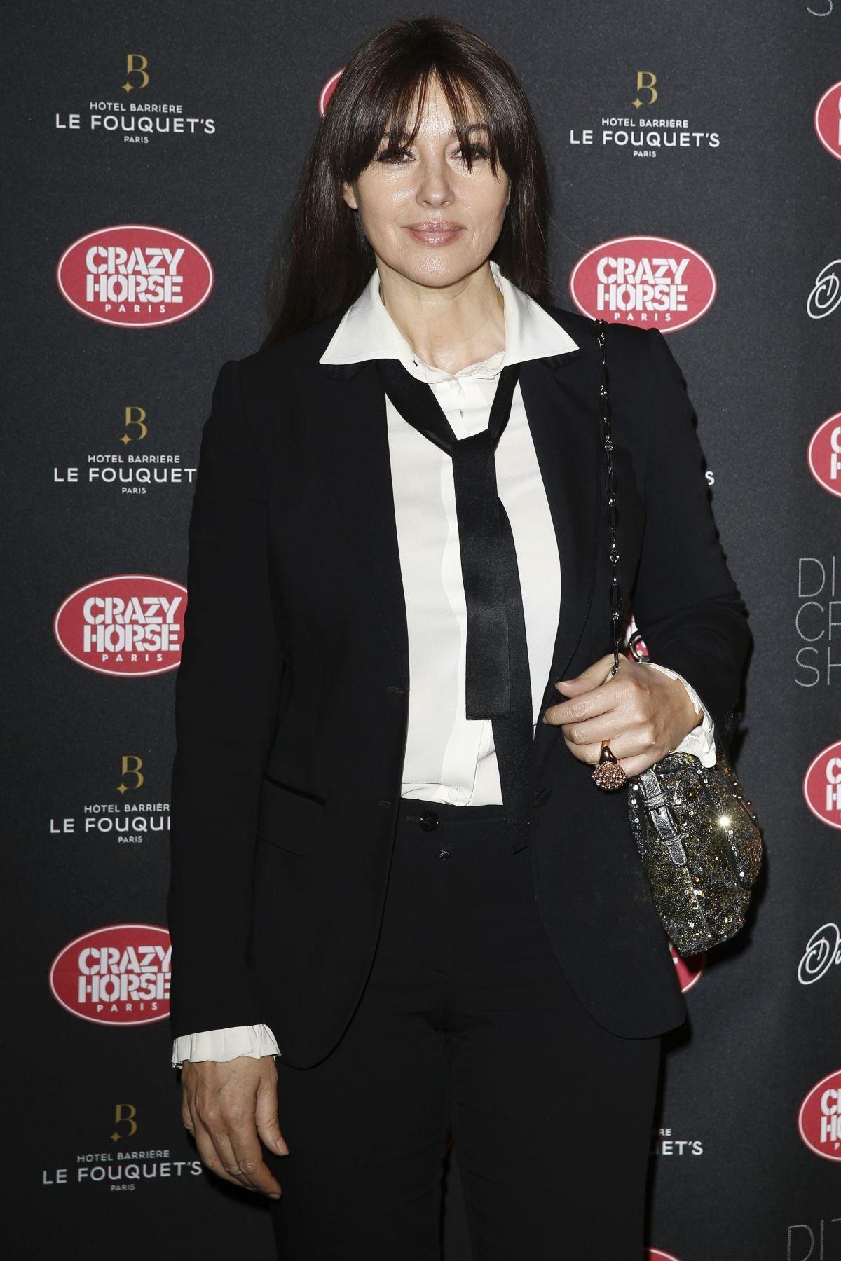 Моника Беллуччи прибыла на шоу Диты Фон Тиз в строгом костюме