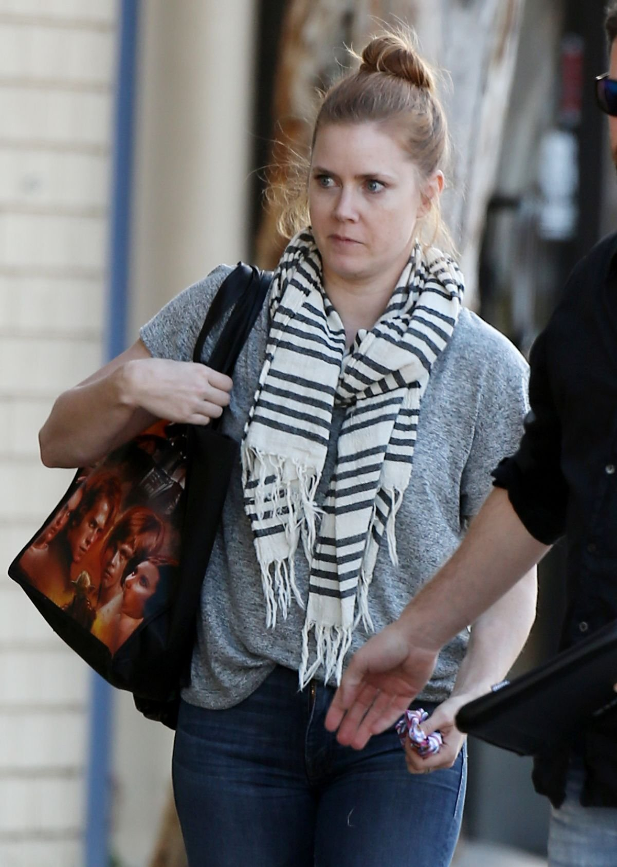 Эми Адамс прогулялась по Лондону в стильном образе